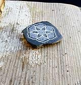 Drobnosti - Kvietok na čiernej bridlici - Na kameni maľované - 10076959_