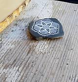 Drobnosti - Kvietok na čiernej bridlici - Na kameni maľované - 10076960_