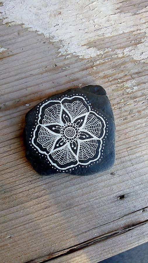 Kvietok na čiernej bridlici - Na kameni maľované