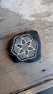 Drobnosti - Kvietok na čiernej bridlici - Na kameni maľované - 10076956_
