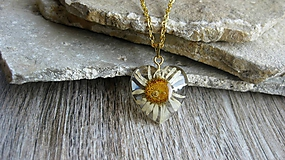 Náhrdelníky - Srdiečko s kvietkami - živicový náhrdelník (margarétka menšie srdiečko, č. 2426) - 10077619_