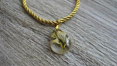 Náhrdelníky - Slzička s kvietkami - živicový náhrdelník (s lúčnym kvietkom č. 2422) - 10077320_