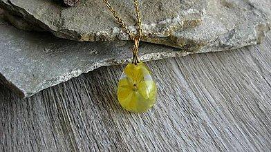 Náhrdelníky - Slzička s kvietkami - živicový náhrdelník (so žltou sirôtkou č. 2423) - 10077430_