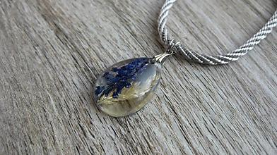 Náhrdelníky - Slzička s kvietkami - živicový náhrdelník (modrica + tráva č. 2424) - 10077492_