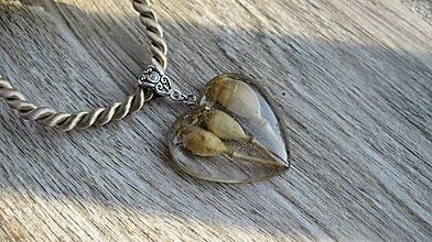 Náhrdelníky - Srdiečko s kvietkami - živicový náhrdelník (s makovičkami č. 2429) - 10077784_