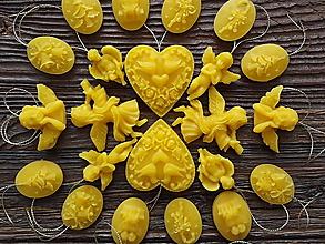 Dekorácie - Vianočné ozdoby zo 100% včelieho vosku 24ks v darčekovej krabičke - 10087360_
