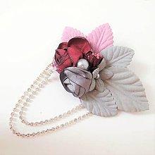 Odznaky/Brošne - Bordová vínová sivá ružová kvetinová brošňa so štrasovou retiazkou - 10086565_