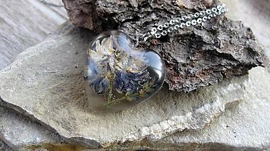 Náhrdelníky - Živicové srdiečko väčšie - chirurgická oceľ (lúčny kvet + levanduľa, č. 2454) - 10088222_