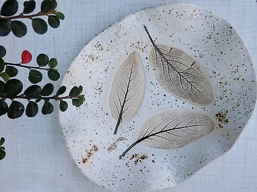 Nádoby - Keramická misa na ovocie piesková s otlačenými listami - 10092986_