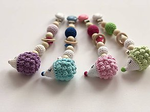 Hračky - Háčkovaný farebný ježko s rolničkou / Crochet colorful hedgehog teether (Modrá) - 10094369_
