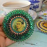 Odznaky/Brošne -  Frida- vyšívaná brož - 10090321_