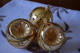 Dekorácie - Zlaté lesklé vypichované guličky s kamienkami - 10092977_
