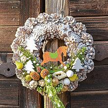 Dekorácie - Zimný šiškový veniec na dvere - 10092878_
