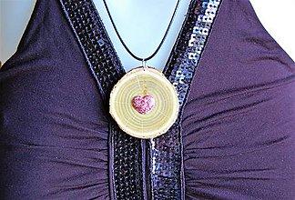 Náhrdelníky - Drevený náhrdelník - Sumach s Trblietavým srdiečkom - 10093019_