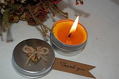 Svietidlá a sviečky - Sviečka v kovovej dóze s vianočným motívom - 10090372_