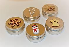 Svietidlá a sviečky - Sviečka v kovovej dóze s vianočným motívom - 10090379_