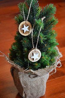 Dekorácie - Drevené ozdoby na stromček - biela hviezdička sada 2ks - 10090395_