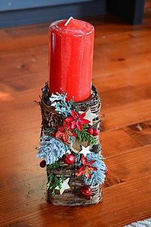 Svietidlá a sviečky - Vianočný svietnik v červeno- prírodnými ozdobami - 10090618_