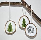 Dekorácie - Drevené ozdoby na stromček-Zelené jedličky - 10096457_