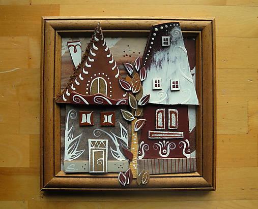 Hnedé domčeky so stromom
