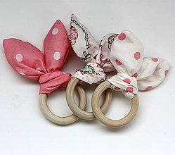 Hračky - Drevené hryzátko pre najmenších Ružové šuchotavé - 10097603_