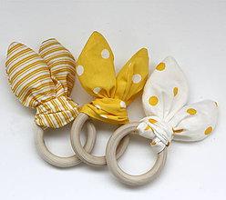 Hračky - Drevené hryzátko pre najmenších žlté šuchotavé - 10097657_