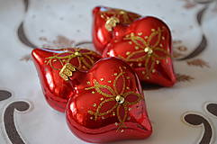 Dekorácie - Červené lesklé srdiečka s kvietkom a s kamienkami - 10097195_
