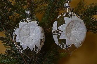 Dekorácie - Vypichovaná cibule s  bielou vianočnou ružou. - 10097235_