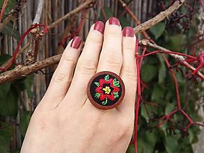 """Prstene - Drevený prsteň s výšivkou """"červený kvet"""" Poštovné ZDARMA - 10095691_"""