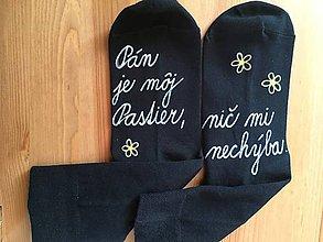 """Obuv - Motivačné maľované ponožky s nápisom: """"Pán je môj pastier!"""" (Na čiernych bielou) - 10098293_"""