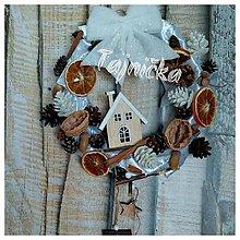 Dekorácie - Závesný vianočný venček prírodný - 10101859_