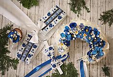 Zimný biely opasok s modrými kvetmi a striebornými lístkami