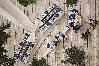 Doplnky - Motýlik biely s modrými kvietkami a striebornou niťou vyšívanými vzormi - 10108869_