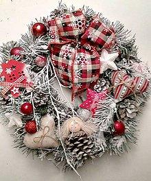 Dekorácie - Vianočný venček s károvanou stužkou - 10104954_