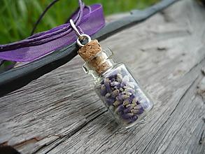 Náhrdelníky - VÝPREDAJ! Náhrdelník Levanduľová sklenená mini flaštička - 10112633_