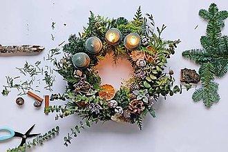 Dekorácie - Vianočný veniec_Čarovný les (Adventný veniec) - 10113270_