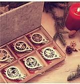 Dekorácie - Vianočné drevené ozdoby v krabičke - Červené s rolničkami 24 ks - 10110248_