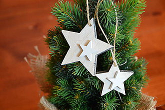 Dekorácie - Drevené ozdoby na stromček - patinované hviezdy sada 2ks - 10111609_