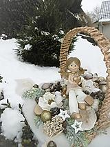 vianočná dekorácia v košíku s anjelikom