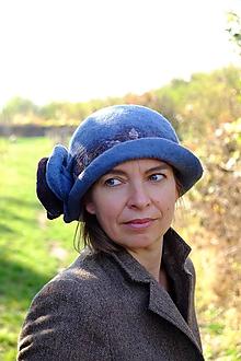 Čiapky - Dámsky klobúk s kvetom- modrý - 10116333_