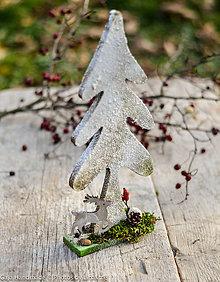 Dekorácie - drevený strom v snehu - 10118181_