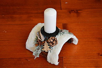 Svietidlá a sviečky - Vianočný svietnik poloblúk s kožušinkou a sviečkou - 10114685_