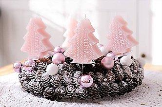 Dekorácie - Adventný veniec so stromčekovými sviečkami do ružova - 10122424_
