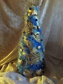 Dekorácie - Vianočný stromček - v modrom páperí - 10120067_