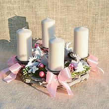 Dekorácie - Ružovo-biely adventný veniec - 10124322_