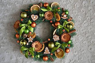 Dekorácie - Vianočný veniec Olivovo-pomarančový s perníčkami - 10123505_