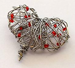 Náhrdelníky - Srdiečkový prívesok s červenými korálkami - 10121466_