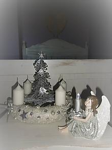 Dekorácie - adventný veniec biela + strieborná so stromčekom - 10126578_