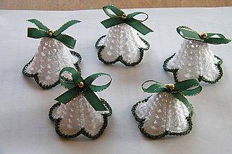 Dekorácie - Zvončeky háčkované bielo-zeleno-zlaté - 10124615_