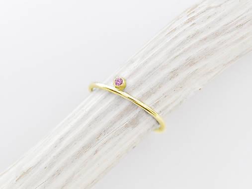 Prstene - 585/1000 zlatý prsteň s prírodným rúžovým zafírom  (žlté zlato) - 10132101_
